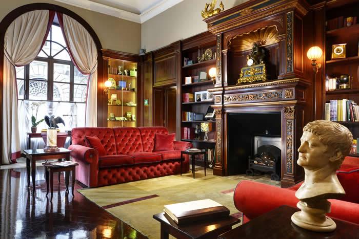 Floransa merkezindeki bu 4 yıldızlı otel, konuklarını saatlerin sihirli dünyasıyla buluşturuyor.