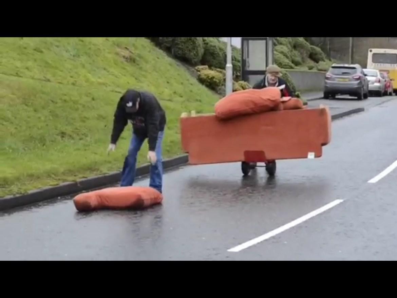 Dronken Ieren verhuizen een bank