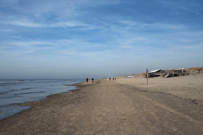Strandpaviljoens mogen blijven staan. De winst is dubieus (juli 2020)