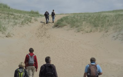 Wandelaars in de duinen door Eric Wisse
