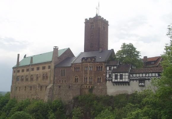 Martin Luther werd in veiligheid gebracht op de Wartburg bij Eisenach waar hij zich wijdt aan de vertaling van de bijbel in het Duits.