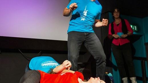 Deze speler toont zijn kracht tijdens de theatersportvoorstelling van Dulcinea
