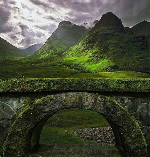 Cổng đá vòm cổ đại trên vùng đất cao nguyên ở Glencoe.