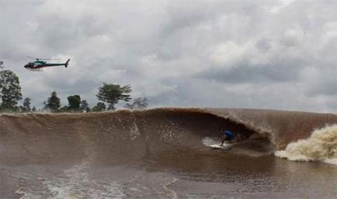 Khi biển Atlantic gặp dòng sông Amazon ở Brazil đã tạo ra những đợt sóng xô bờ dài 500 dặm vào đất liền và xuống rất chậm.
