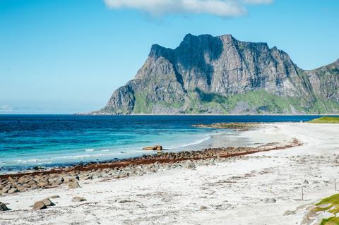 Vùng biển xanh Caribe quyến rũ ở bãi biển Uttakleiv.