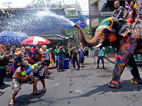 Lễ hội té nước Songkran mừng năm mới ở Thái Lan