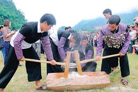 Cuộc thi giã bánh dày trong ngày hội hoa đào