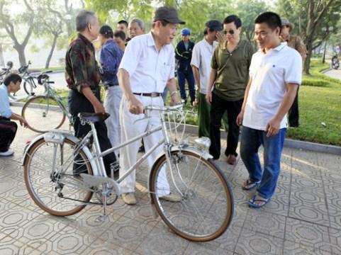 Chợ xe đạp cổ cuối tuần ở Hồ Tây