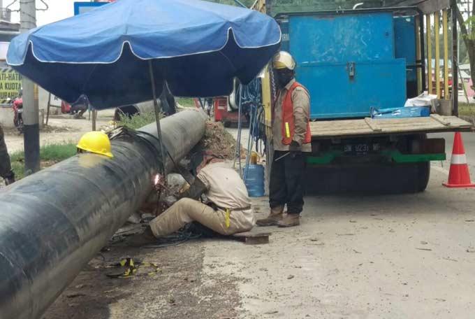 Para pekerja melakukan pemasangan pipa gas PGN di Kota Dumai.