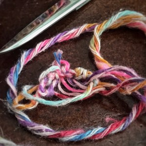 Multicolored yarn with a tangled knot