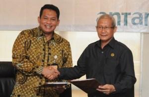 Direktur Utama ANTM, Tato Miraza (kiri) dan Sekda Pemprov Sulawesi Tenggara, Lukman Abunawas, usai menandatangani MoU pemberian dana bantuan CSR bidang kesehatan sebesar Rp 35 miliar untuk pembangunan RSUD Bahteramas di Kendari.