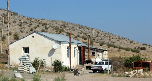 Hükümet köye taşınan bütün ailelere ekimi için ev ve toprak arsaları sağladı.