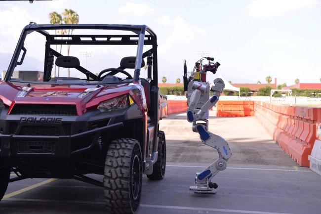 KEIST takımına dünya şampiyonluğu getiren robotları görevlerden birinde.