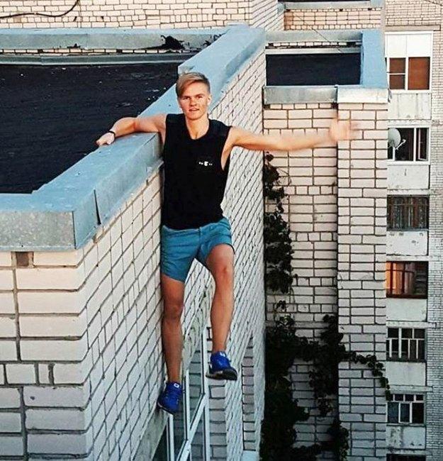 'Selfie've bağlı ölümler' en sık çatı çekimlerinde gerçekleşiyor. Bu şekilde sadece Rusya'da geçen sene (fotoğrafta görünen genç dahil) 300 kişi öldü.