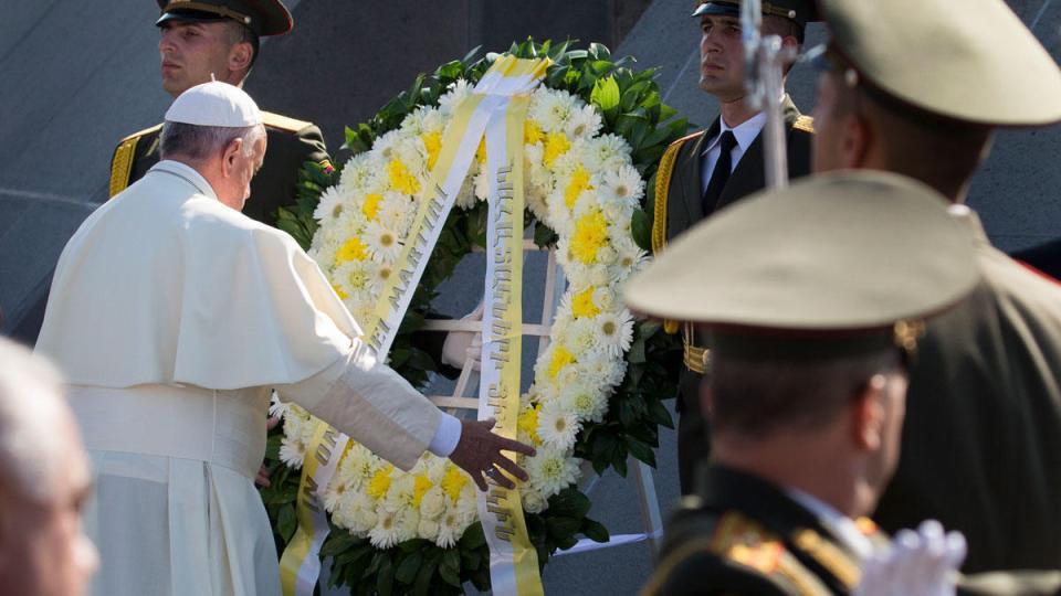 Papa Francis Erivan'daki Soykırım Anıtı'nda bir seramoniye katılrken - 25 Haziran 2016 Fotoğraf: AP / Alexander Zemlianichenko