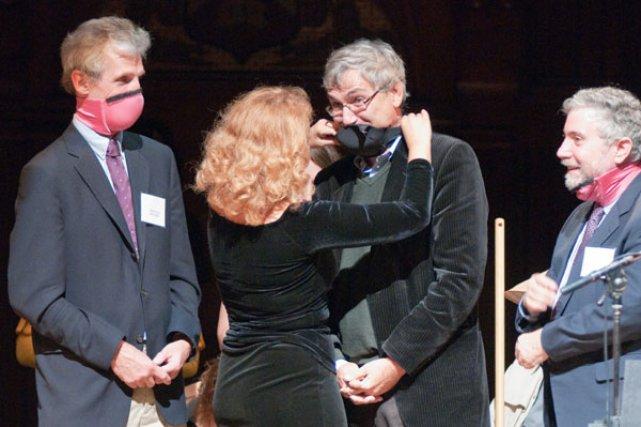 Dr. Elena Bodnar kendisine Ig Nobel Ödülü getiren icadını (kolaylıkla yüz maskesine dönüşebilen sütyen) diğer Nobelli isimler Wolfgang Ketterle (sol), Orhan Pamuk ve Paul Krugman üzerinde uygulamalı olarak gösterirken - 2009 Ig Nobel Ödülleri. Fotoğraf: Alexey Eliseev