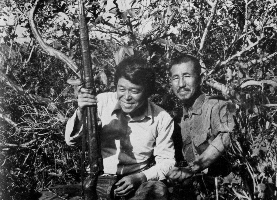 Şubat 1974 - Gezgin Norio Suzuki Lubang Adaları'nda Teğmen Onoda'yı buluşunun ardından kendisi ve tüfeğiyle poz veriyor.