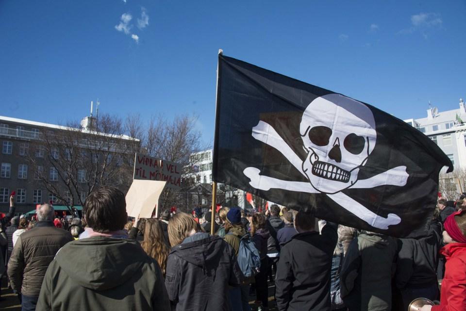 Panama Belgeleri sızıntısı üzerine seçim talebiyle yürüyüş yapan İzlanda Korsan Parti destekçileri (Halldor Kolbeins / AFP / Getty Images)