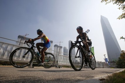 fifteen-miles-of-bike-lanes-go-through-the-district-connecting-to-a-larger-90-mile-network-in-songdo-city