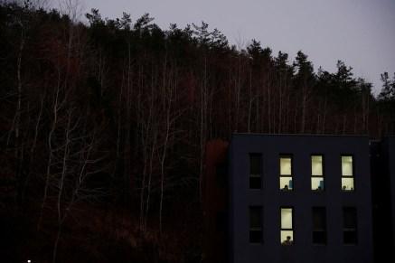 Pencereden görünen mahkumlar.