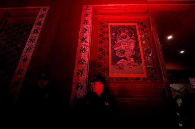 Kırmızı ışıkla aydınlatılan bir kapı