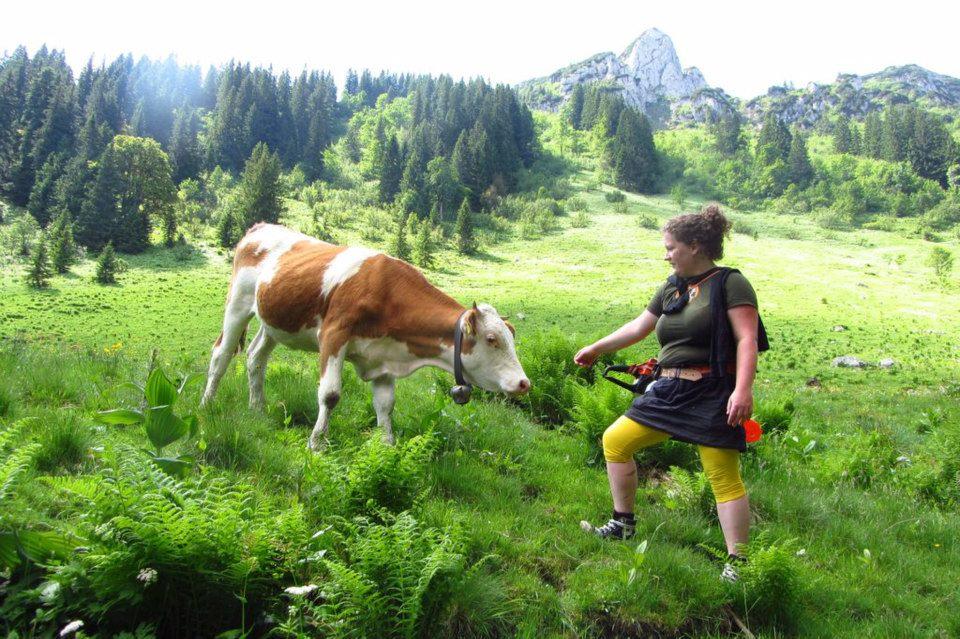Anne Meinhardt de Alvarez mit Kuh und Motorsäge