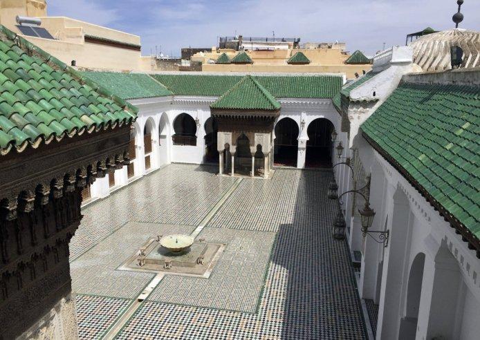 Al-Qarawiyyin üniversitesi, kütüphanesi ve camii 859'da –cebirin yeni yeni ortaya çıktığı dönemde- Fatma El-Fihriya tarafından kuruldu.