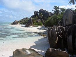 Anse Source d'Argent op La Digue met typische granietformaties die tot aan het strand doorlopen.