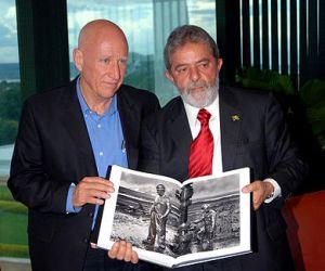 Sebastião Salgado (links) geeft zijn nieuwe boek aan de Braziliaanse president Lula da Silva. 31 oktober 2006.