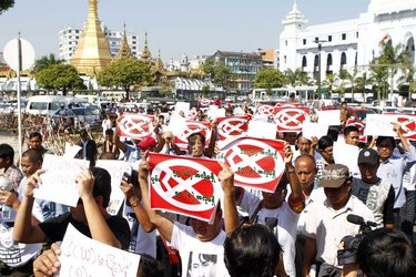 Protestors against constitutional articles 59(d) and (f) march past Sule Pagoda in Rangoon on Friday, 3 January 2014. (PHOTO: DVB)
