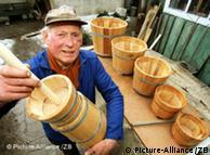 Pflanzenkübel aus Eichenholz, Butterfässer und -stampfer werden in Harzgerode (Landkreis Quedlinburg) von einem der letzten aktiven Böttcher Sachsen-Anhalts gefertigt. Erich Völke erlernte das heute seltene Handwerk 1940 in Harzgerode und ist seit 1953 selbständiger Böttchermeister. Zwar ist der 70-Jährige seit 1991 Altersrentner, doch seinem Handwerk will er noch so lange wie möglich treu bleiben. Foto: Matthias Bein +++(c) dpa - Report+++