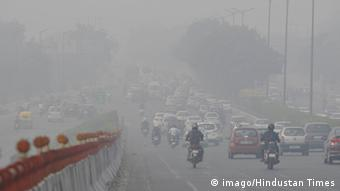 Delhi's road engulf with smog-forming weather on October 31, 2015 in New Delhi, India (Photo: imago/Hindustan Times)