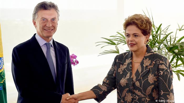Argentinas presidente electo Mauricio Macri (L) y el presidente de Brasil, Dilma Rousseff, se dan la mano durante una reunión en el Palacio de Planalto en Brasilia el 04 de diciembre de 2014. (Foto: Eva Risto Sa / AFP)