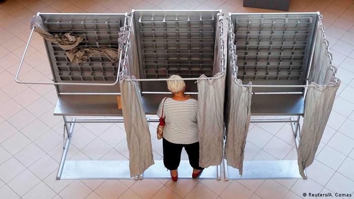 A woman prepares her ballot at a polling station (photo: Reuters/A. Comas)