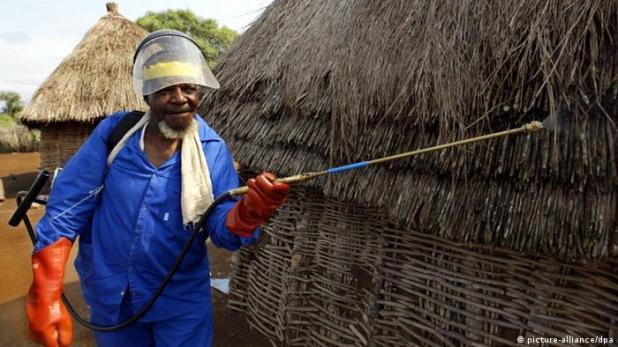 Insektizid DDT gegen Malaria-Erreger versprüht (Foto: Alexander Joe/dpa)
