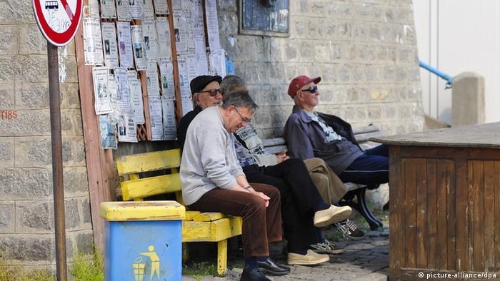 Bulgarien Mann Bank sitzen Nachruf Todesanzeige Wand Sosopol