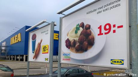 A sign shows swedish meatballs on an ikea poster (picture-alliance / dpa)