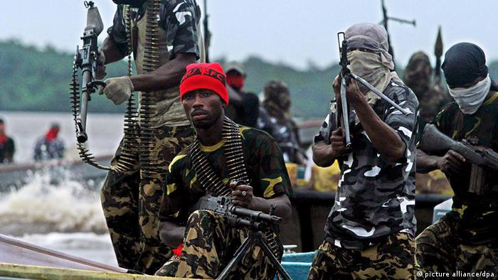 Members of the MEND rebel movement holding guns in their hands (picture alliance/dpa)