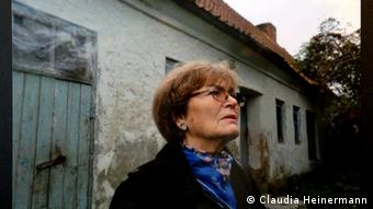 Luise Quietsch in front of her old family home in Schwesternhof, formerly East Prussia (Photo: Luise Quietsch via Monika Griebeler)