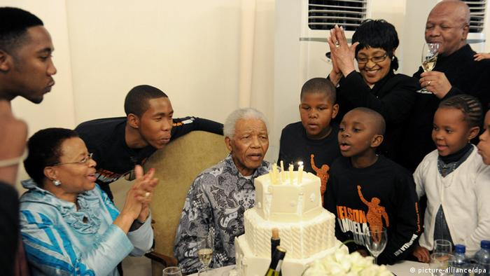 Nelson Mandela cutting his birthday cake (photo: picture-alliance/dpa)