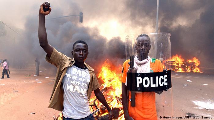 Burkina Faso Protest Ausschreitungen Parlament Feuer