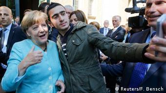 Deutschland Flüchtling macht Selfie mit Merkel in Berlin-Spandau (Reuters/F. Bensch)
