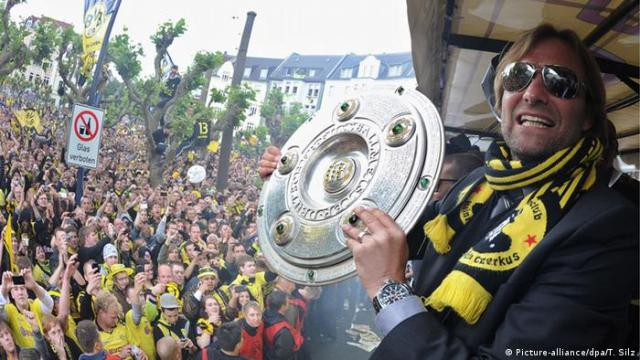 Jürgen Klopp holding the Bundesliga title (Picture-alliance / dpa / T. Silz)