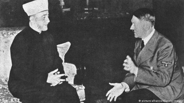 Adolf Hitler (kanan) bertemu dengan Mufti Jerusalem Amin al Husseini (foto arsip 1941)
