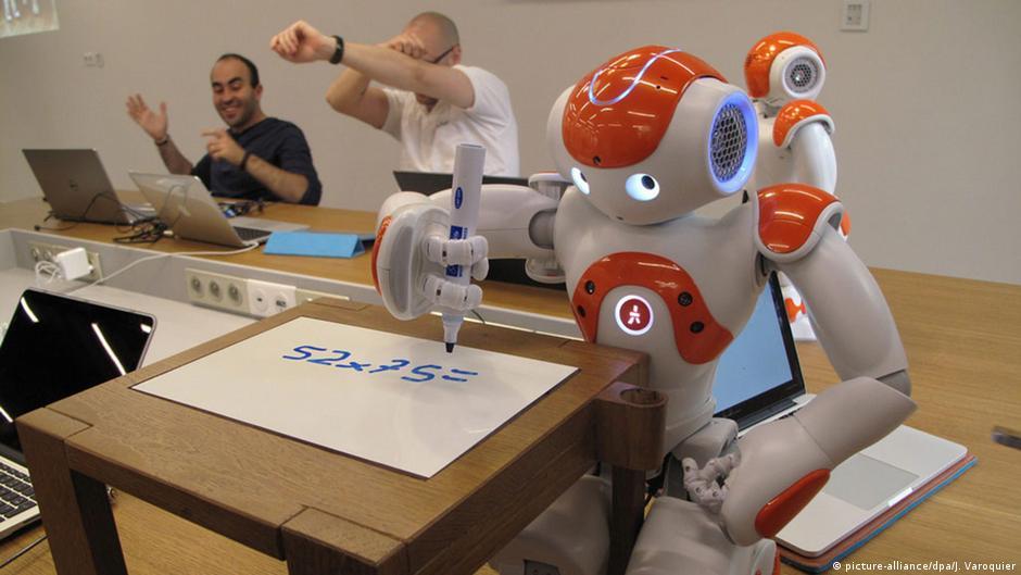 Resultado de imagen para robots in japanese classroom