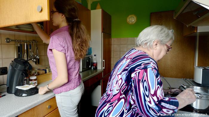 Jovem e idosa na cozinha