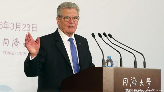 Bundespräsident Joachim Gauck am Rednerpult in China (Foto: dpa / Wolfgang Kumm)