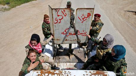 Die Kämpferinnen auf einem bewaffeneten Jeep (Foto: REUTERS / Ahmed Jadallah)