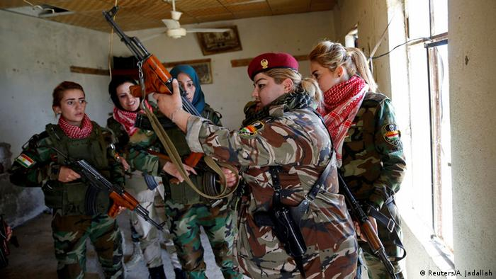 Iraqi Kurdish women check their weapons as they prepare to fight IS (Reuters/A. Jadallah)