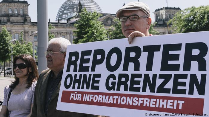 Deutschland Berlin Reporer ohne Grenzen protestieren (picture-alliance/ZUMA Press/J. Scheunert)